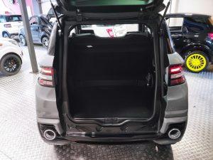 Gran capacidad de carga en el maletero del Ligier JS60 Sport Ultimate.